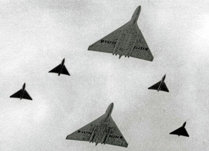 Avro_Vulcan_VX770_VX777_FAR_13.09.53